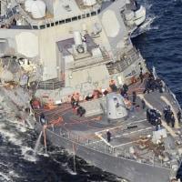 米海軍第7艦隊所属のイージス駆逐艦、コンテナ船の左側船首部分とフィッツジェラルド艦の右わき腹部分が衝突した。