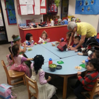 バンクーバーのスタッフからボランティア活動をしている幼稚園・保育園の写真が届きました