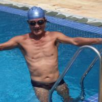 午後の休憩に、ホテルで泳ぐ