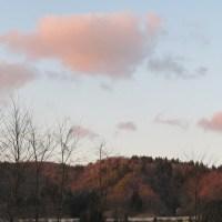 山の残雪桜色