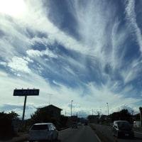 賑やかな空と「武蔵豊岡教会」