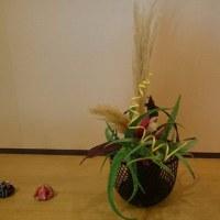 正面玄関に新しいお花を飾って頂きました(^^)/