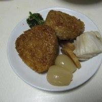 ミニ焼き鳥と焼きおにぎり 自家製ラッキョウ漬、白菜漬、大根漬