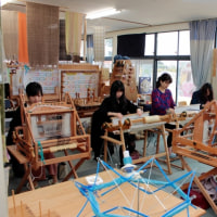 仲良し同級生が手織り体験に来ました    竹島クラフトセンター