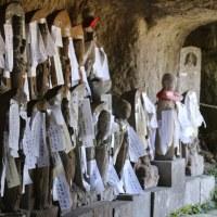 洞窟に石仏の群れ