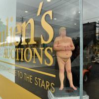 裸のトランプ」は、オークションでUS$22,000で売れた。