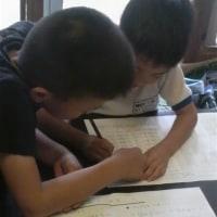 弟の宿題を指導する兄