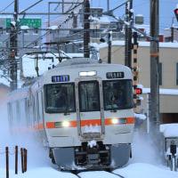 313系1300番台が雪煙を巻き上げて関西線を行く。