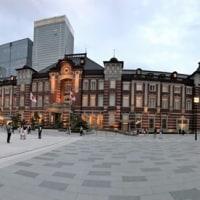 東京駅の前で