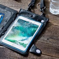 タブレットと小物をまとめて防水できるタブレットケースが発売
