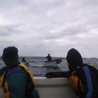 海保の暴力的規制のもとで進められるフロート再設置作業。