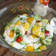 収穫野菜で作るサラダ