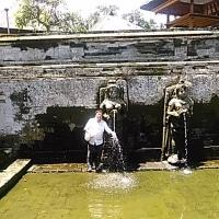 本日はHISの香港航空で行くバリ島5日間39800円の3日目・ウブド観光「ゴア・ガシャ」「ティルタ・エンブル寺院」「テガララン」へ。