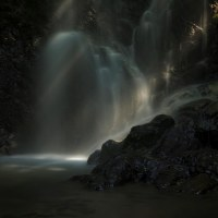 近くの滝に涼を求めて