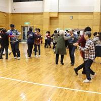 新しい趣味には、カントリー音楽で楽しく踊るスクエアダンスを!