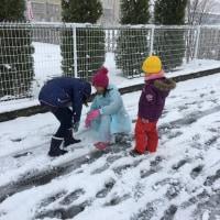 雪遊び 楽しんでます。