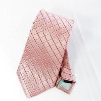 ピンク色のネクタイが与える印象