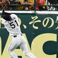 外野手なのにフライが捕れない、フライを捕るのが苦手な外野手。(5月26日・甲子園球場)
