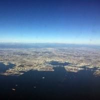 東京湾上空、遠く富士山が見える