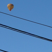 遠くに浮かぶ熱気球