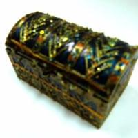 100円ショップのおもちゃの宝箱をピラミッドの財宝風に装飾