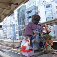 「謹賀新年」袴姿の小便小僧。