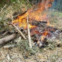 雨の中で 野焼き