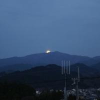 一瞬の天体ショー!山から満月!