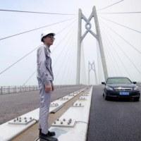 完成迫る中国と香港結ぶ橋、強まる本土支配の象徴か
