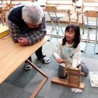 おじいさんも織りました     竹島クラフトセンター