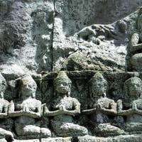 一心に合掌・念仏する人々の苔むした石像
