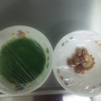 干し椎茸と昆布をスチコンで乾煎りして細かく割り、ミキサーで粉末にし、手づくり洋風だしを作りました。