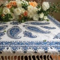 IRANで買ってきたテーブルクロスに薔薇を活ける