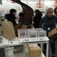 「色で遊ぶクレヨン」がルーブル美術館ショップで売られています。