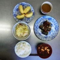 さんまの生姜煮、サツマイモのサラダ、豆腐とナメコとネギの味噌汁、リンゴ煮