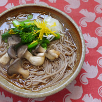原木ヒラタケ蕎麦にアスパラ菜のお浸しを添える朝