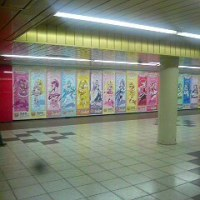 でっかでか!新宿駅にプリキュアオールスターズ21のポスターにゃ♪