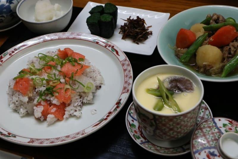 レシピ付き献立 サーモンと大根に混ぜ寿司・肉じゃが・茶わん蒸し・ほうれん草の海苔巻き・その他