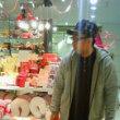 きったない男がおしゃれ雑貨屋で物色してるよ