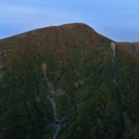 今日の稲倉岳と鳥海山頂