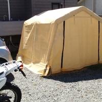 駐車場にテント