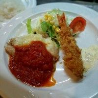 若鶏ソテー トマトソースとろけるチーズ添え&天然海老フライ