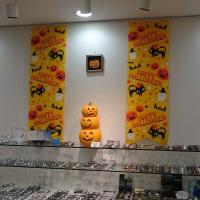横浜 大口通商店街 糸川メガネ ウィンドウをハロウィン用に変えました