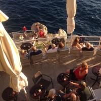 崖沿いのカフェでティータイム