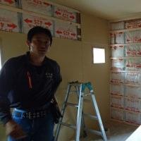 倉敷市鳥羽での住宅リフォーム現場で断熱材充填