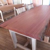 皆が集まって食事をする時に、お勧めできる一枚板テーブルを厳選して紹介。一枚板と木の家具の専門店エムズファニチャーです。
