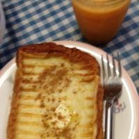 ワッフルメーカーでフレンチトーストの朝食