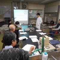 新しい棒茶の焙煎方法を研究・・・棒茶の焙煎も日々進化していきます。(県工業試験場)