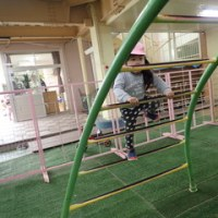 ぴんく 2歳児 体育館下遊び