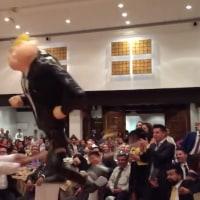 メキシコの議員ら、トランプ人形をめった打ち!